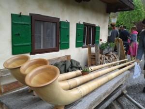 Drei Alphorninstrumente liegen auf einem Tisch